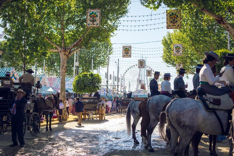 Всадники и люди одели в традиционных костюмах наслаждаются ярмаркой в апреле Севилья Справедлив Feria de Севилья стоковое изображение