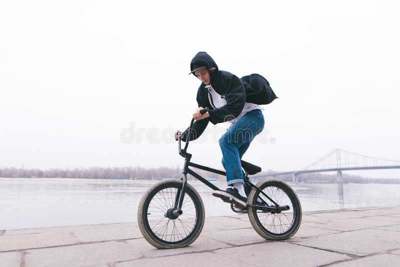 Всадник BMX едет велосипед на открытом воздухе Концепция BMX Стиль улицы стоковая фотография rf
