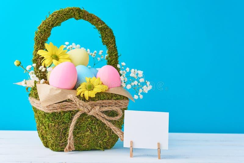 2 всех пасхального яйца принципиальной схемы цыпленока ведра цветут детеныши покрашенные травой помещенные Яйца в корзине украшен стоковое фото rf
