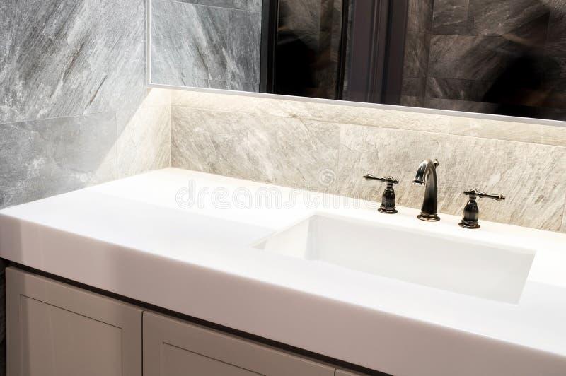 Встречный верхний белый мрамор, кварц с washbasin Беж стены и пола, серый мраморный каменный дизайн интерьера плитки уборной или  стоковое фото rf
