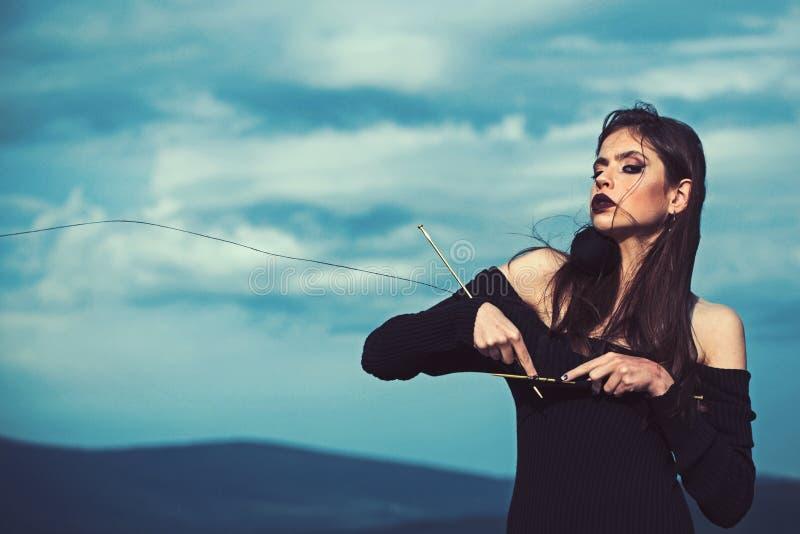 Вязать, макияж моды и стиль причесок женщины вязать черное платье на молодой женщине на предпосылке голубого неба, космосе экземп стоковые фотографии rf