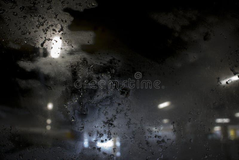 Вьюга на выравниваясь улице города против замороженного окна стоковая фотография rf