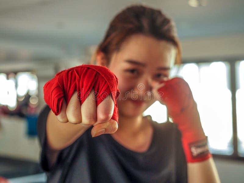 Выбранный фокус молодой красивой женской одежды красная тайская кладя в коробку лента готовая для пробивать стоковые фото