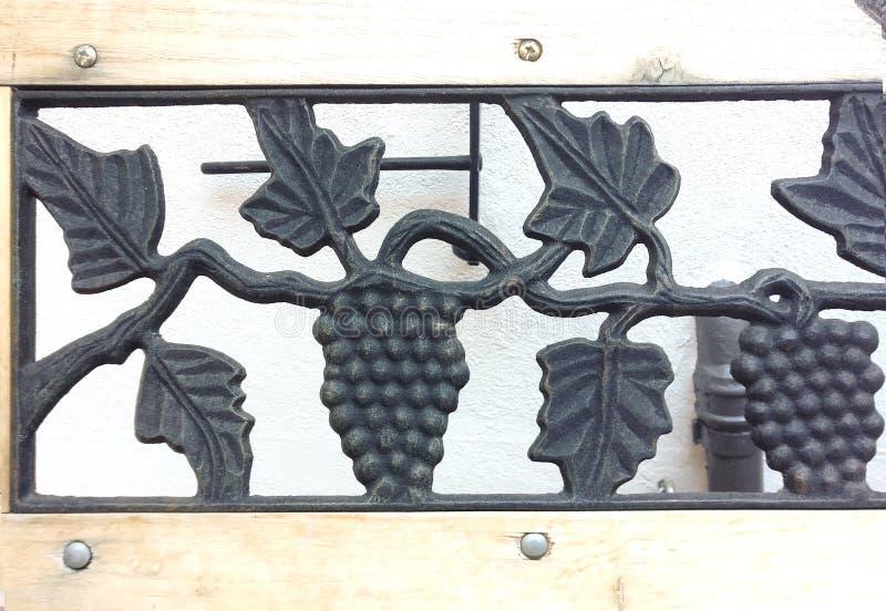 Выкованный орнамент виноградины Орнамент сплава виноградины Ручная работа стоковые фотографии rf