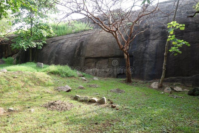 Высекаенный камень Ридж на руинах Vessagiria стоковые фото