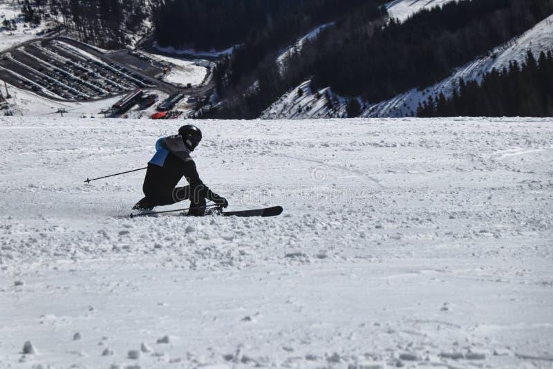 Высекать стиля Мужская тренировка лыжника на конкуренции в покатом Высеките положение Чернота и синий пиджак Chopok, низкое Tatra стоковая фотография rf