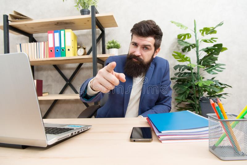 Вы наняли Менеджер hr человека бородатый сидит в офисе Концепция собеседования для приема на работу Вопросы об интервью ответа Ск стоковое изображение