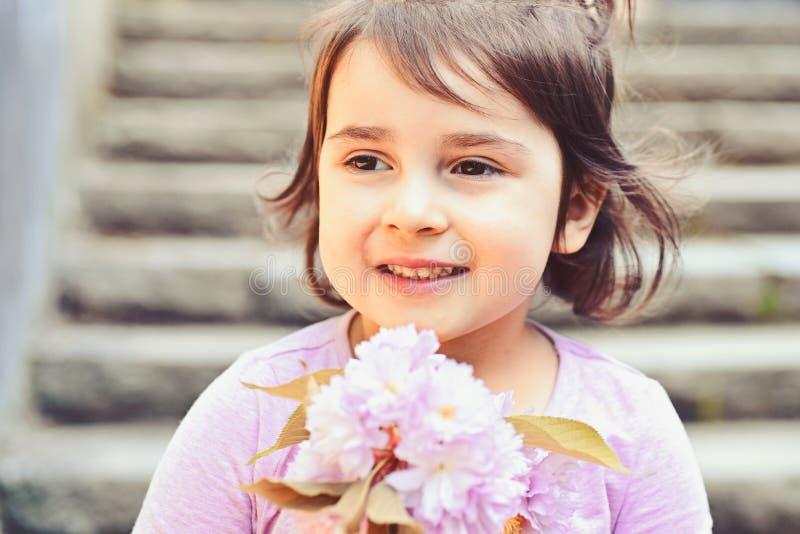 Вы настолько красивы Skincare стороны цветки аллергии к Мода девушки лета детство счастливое Маленькая девочка в солнечном стоковые изображения rf