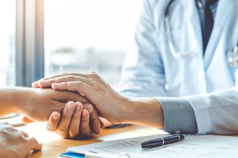 Врачуйте держать руки для пациента утешать и заботы стоковое изображение rf