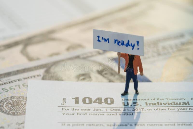 Время для концепции налога, миниатюрный знак удерживания figurine я готов с ручкой на форме завалки личного подоходного налога 10 стоковое изображение rf