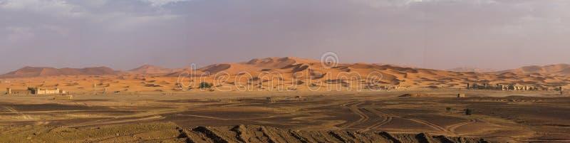 В дюнах эрга Chebbi около Merzouga в юго-восточном Марокко стоковые фотографии rf