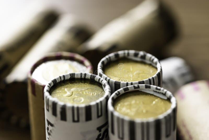 В оболочке стога монеток канадского доллара для того чтобы позволить легкий считать стоковая фотография