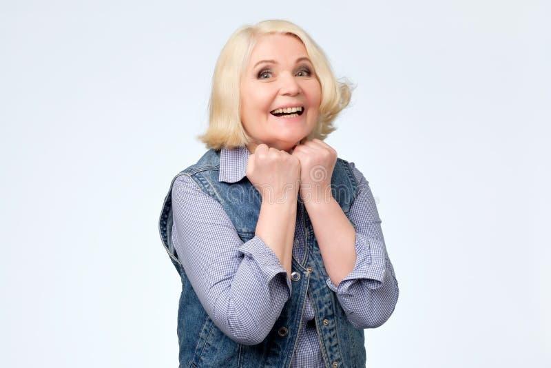 Возбужденная осчастливленная старшая женщина испуская лучи со счастьем Ее улыбка совершенна стоковые изображения
