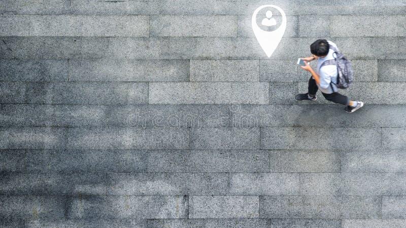 Воздушный взгляд сверху с человеком нерезкости с идти смартфона беседует с занятым движением толпы города к пешеходному crosswalk стоковое изображение rf
