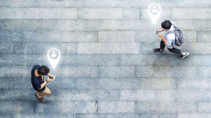 Воздушный взгляд сверху с человеком нерезкости с идти смартфона беседует с занятым движением толпы города к пешеходному crosswalk стоковая фотография