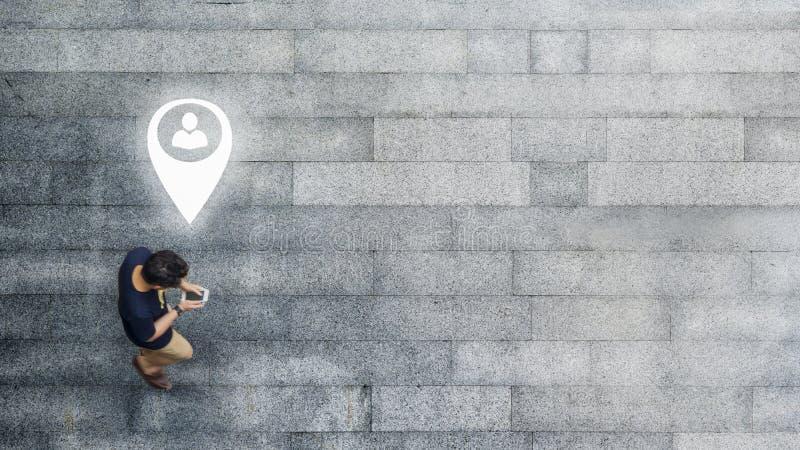 Воздушный взгляд сверху с человеком нерезкости с идти смартфона беседует с занятым движением толпы города к пешеходному crosswalk стоковые фото