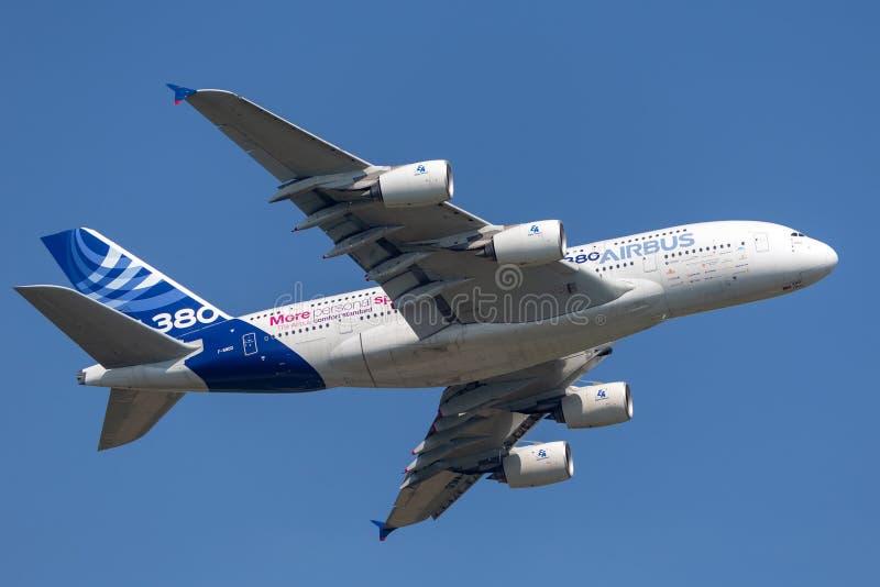 Воздушного судна F-WWDD авиалайнера аэробуса A380-841 большие 4 engined коммерчески стоковые изображения rf