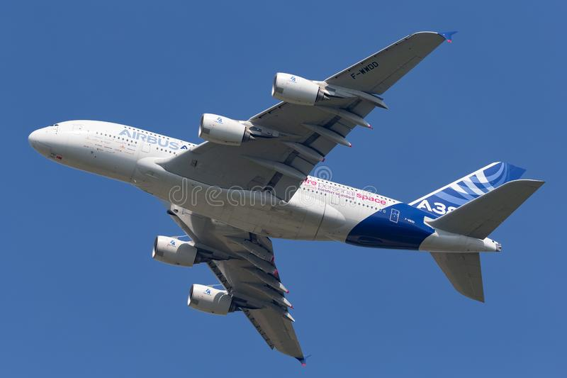 Воздушного судна F-WWDD авиалайнера аэробуса A380-841 большие 4 engined коммерчески стоковая фотография