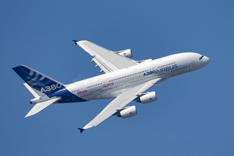 Воздушного судна F-WWDD авиалайнера аэробуса A380-841 большие 4 engined коммерчески стоковые изображения