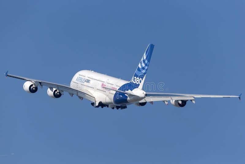 Воздушного судна F-WWDD авиалайнера аэробуса A380-841 большие 4 engined коммерчески стоковая фотография rf