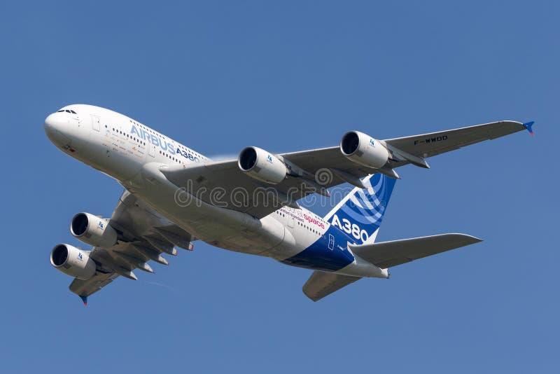 Воздушного судна F-WWDD авиалайнера аэробуса A380-841 большие 4 engined коммерчески стоковые фото