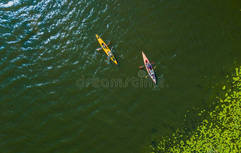 Воздушное фото взгляда глаза птицы трутня счастливой семьи с 2 детьми наслаждаясь ездой каяка на красивом реке Мальчик и стоковые изображения rf