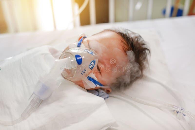Возраст ребенка вдыхания около 1 лет старый на терпеливой кровати Дыхательный синцитиальный вирус RSV Реанимация на кровати на бо стоковое изображение rf