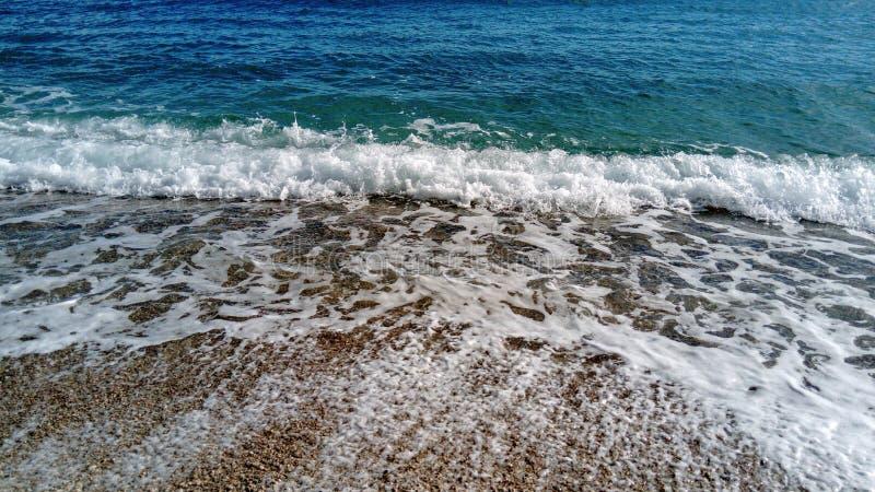 Волна моря на песчаном пляже стоковая фотография rf