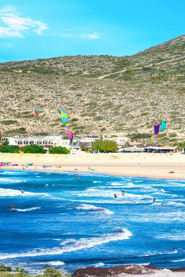 Волны и kiteboarders на пляже Родосе Prasonisi, Греции стоковые изображения rf