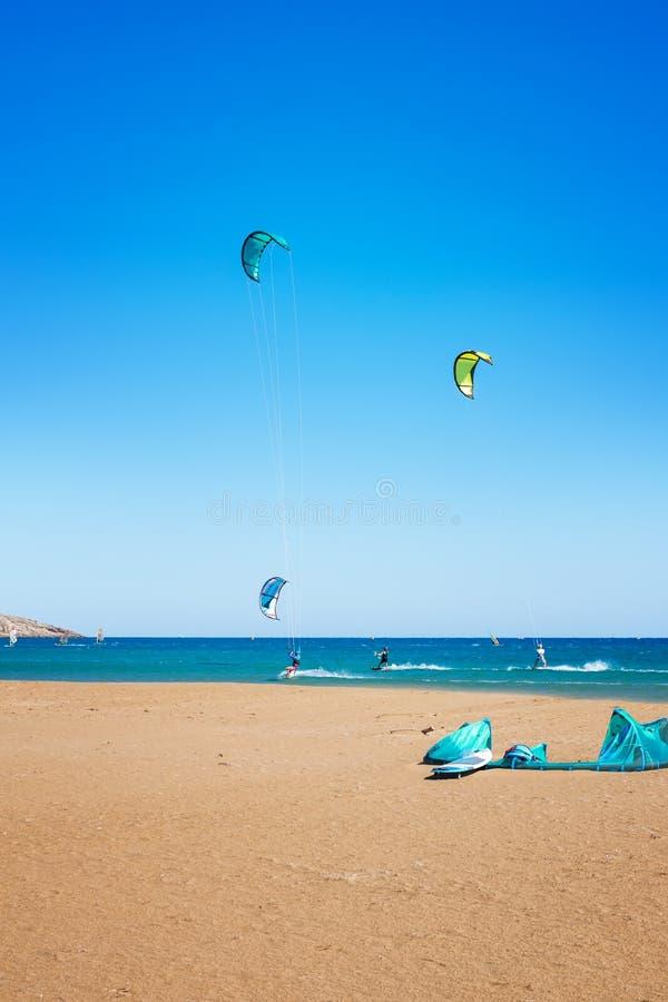 Волны и kiteboarders на пляже Родосе Prasonisi, Греции стоковые фото