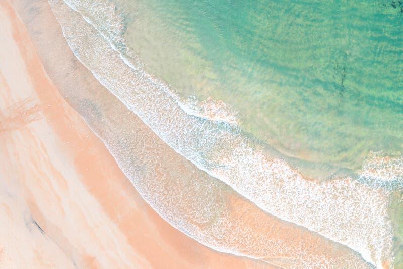 Волны пресноводного пляжа воздушные снятые на пляже стоковая фотография