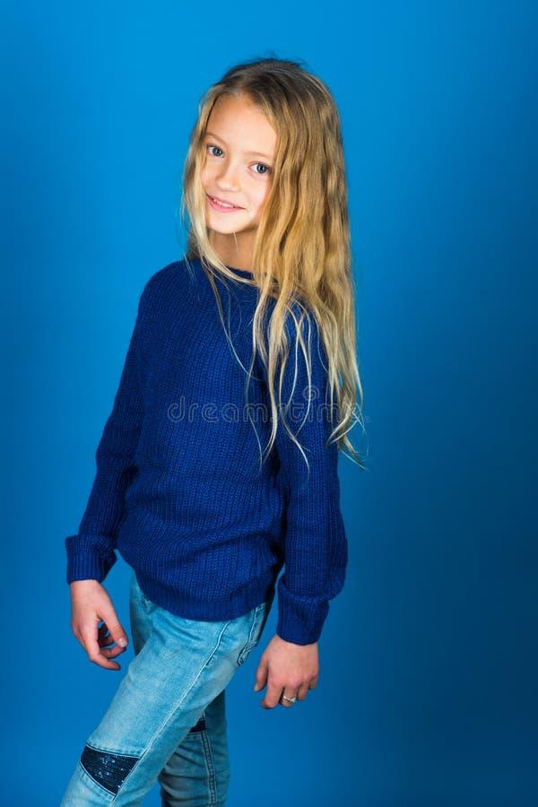 волосы девушки немногая длиной девушка предпосылки голубая немногая стоковое изображение