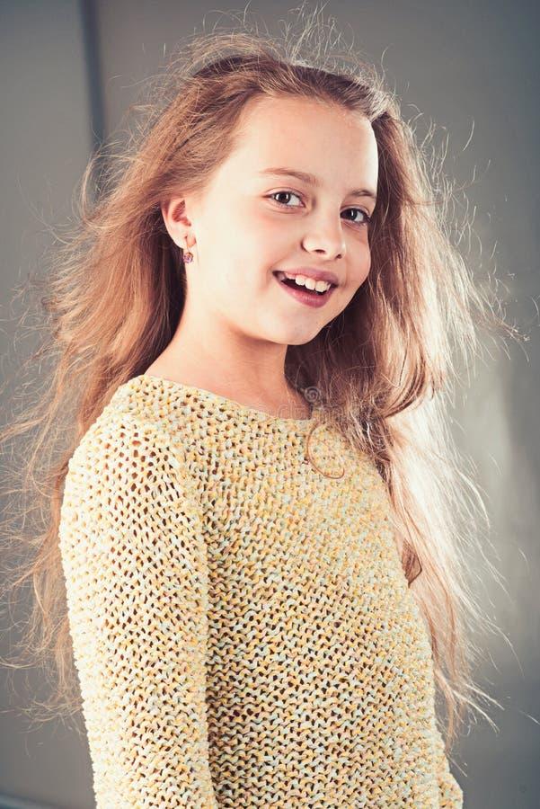 волосы девушки длиной малые Портрет моды маленькой девочки парикмахер ребенк Кожа и уход за волосами детство счастливого ребенк стоковые изображения