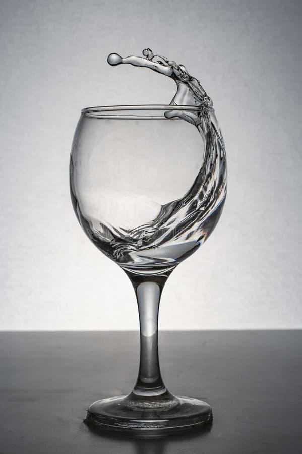 Вода брызгая от стекла стоковые фотографии rf