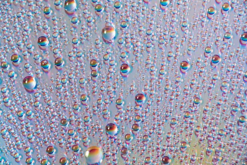 Вода падает на средства массовой информации dvd, падения воды на красочной предпосылке стоковые фото