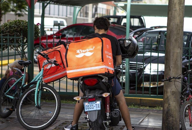 Водитель Rappi работая на обслуживании доставки еды стоковые изображения rf