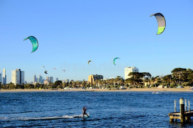 Водные виды спорта на пляже St Kilda, Мельбурне, Австралии стоковая фотография rf