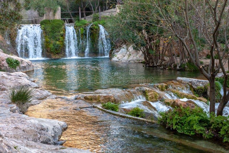 Водопад с зеленым прудом воды Пошлина del Baladre, del Algar Las Fuentes/фонтаны Algar, Callosa de Ensarria, провинция Аликанте стоковое фото rf