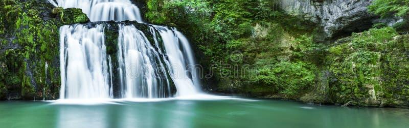 Водопад с зеленой водой стоковые фотографии rf