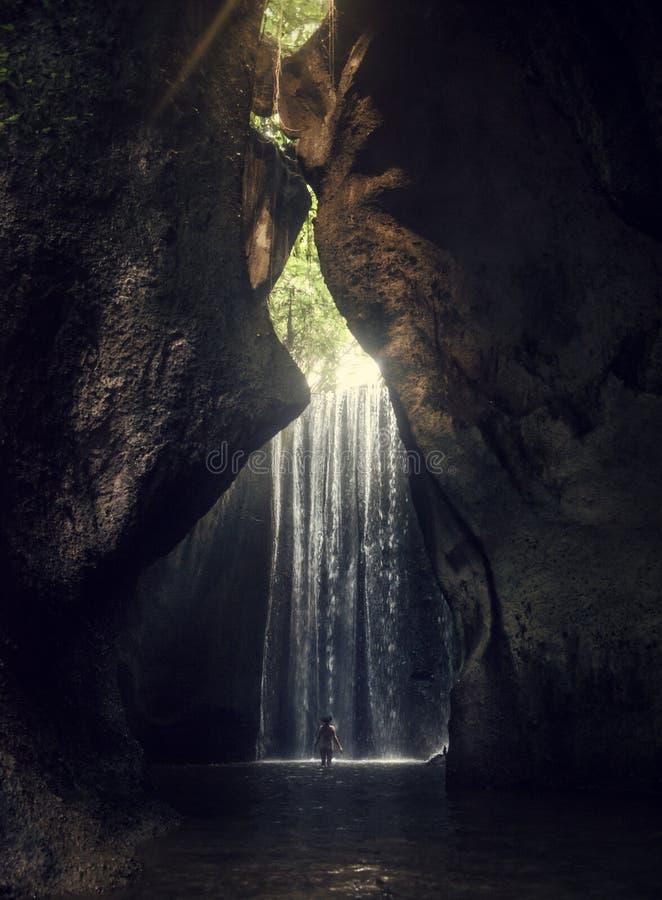 Водопад Tukad Cepung Водопад в Бали Ущелье Девушка в купальном костюме на водопаде стоковое изображение rf