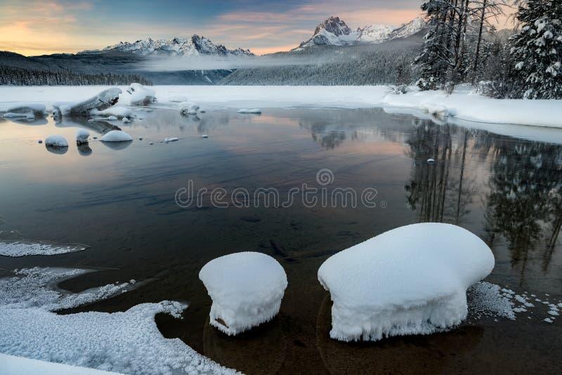 Восход солнца над озером Redfish горы Айдахо со снегом и отражением восхода солнца стоковые изображения rf