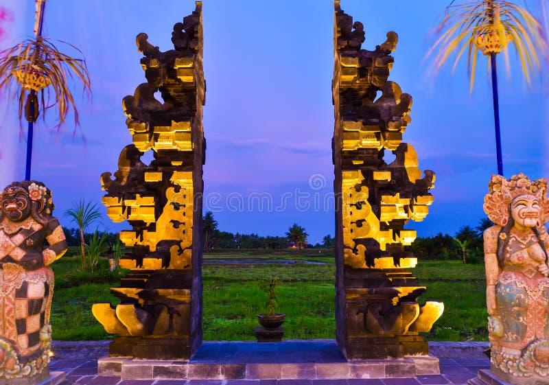 Ворота камня красные к полю террасы риса во время выравнивать заход солнца стоковая фотография rf