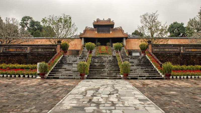Ворота Kheim Cung, красиво украшенные на Tet 2019, усыпальница герцога Tu королевская, оттенок, Вьетнам стоковое изображение rf