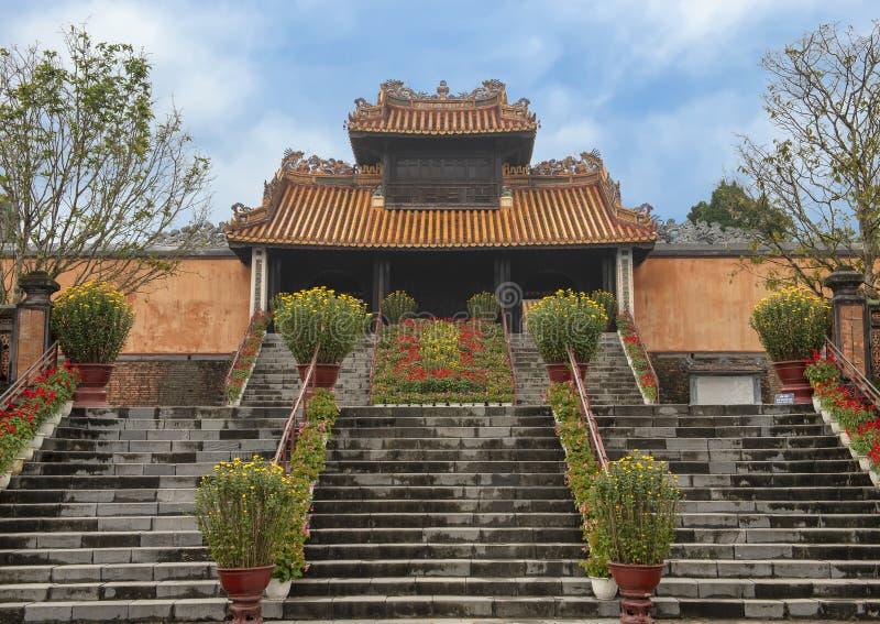 Ворота Kheim Cung, красиво украшенные на Tet 2019, усыпальница герцога Tu королевская, оттенок, Вьетнам стоковая фотография