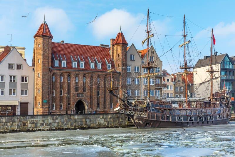 Ворота Mariacka и винтажный пиратский корабль в Motlawa, Гданьск стоковая фотография rf