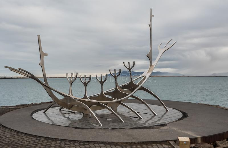 Гавань onReykjavik скульптуры Voyager Солнца в Рейкявике, Исландии стоковое изображение rf
