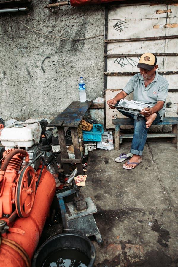 Газета чтения человека стоковая фотография