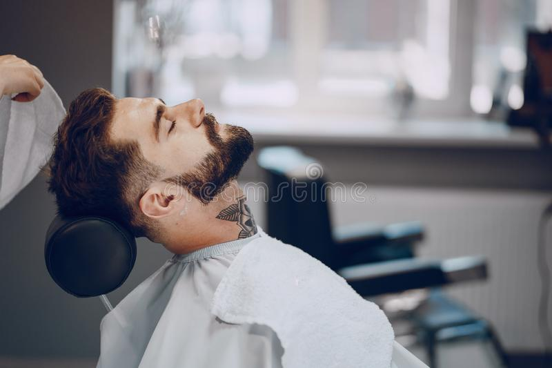Гай в barbercos стоковая фотография