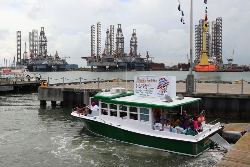 ГАЛВЕСТОН, ТЕХАС, США - 9-ОЕ ИЮНЯ 2018: Туристы на шлюпке путешествия дельфина Baywatch в порте Галвестон стоковое фото rf