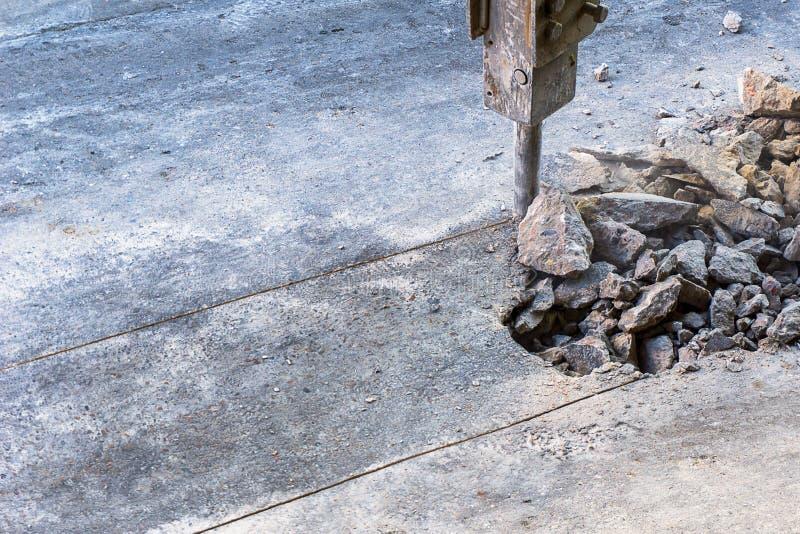 Гидравлический jackhammer разбивая дорога бетона армированного стоковые фото